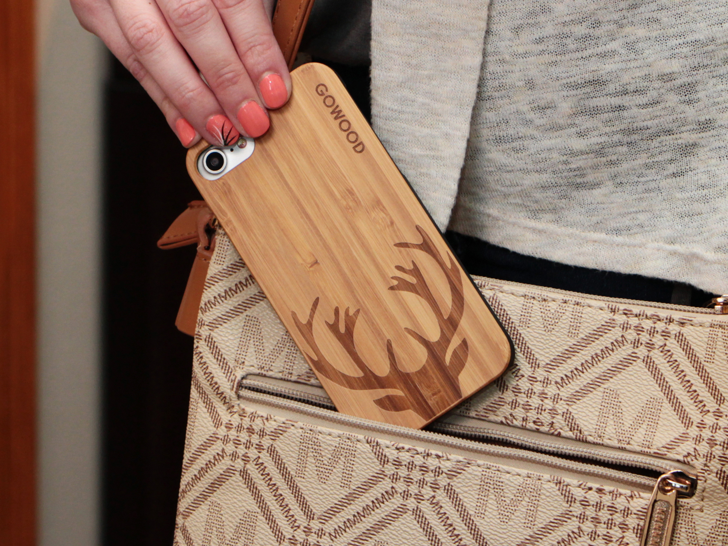 iPhone 7 and 8 wood case deer use 2