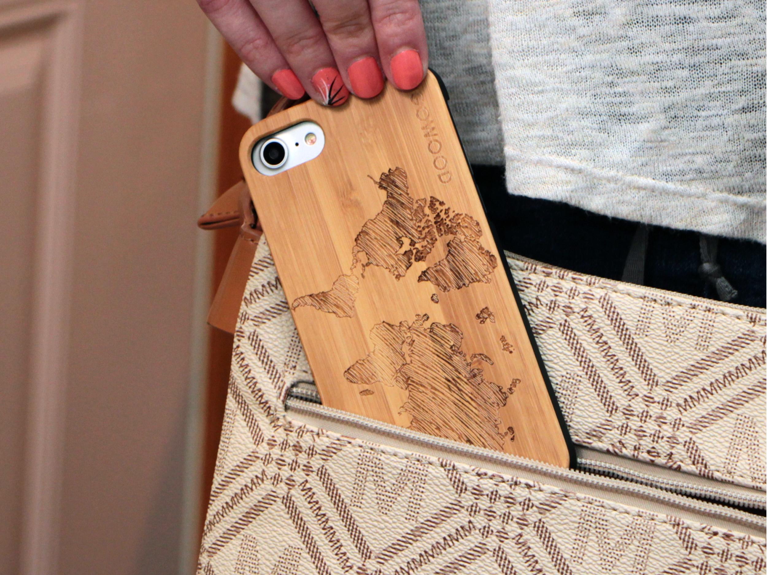 étui iPhone 7 et 8 en bois - bambou carte du monde usage