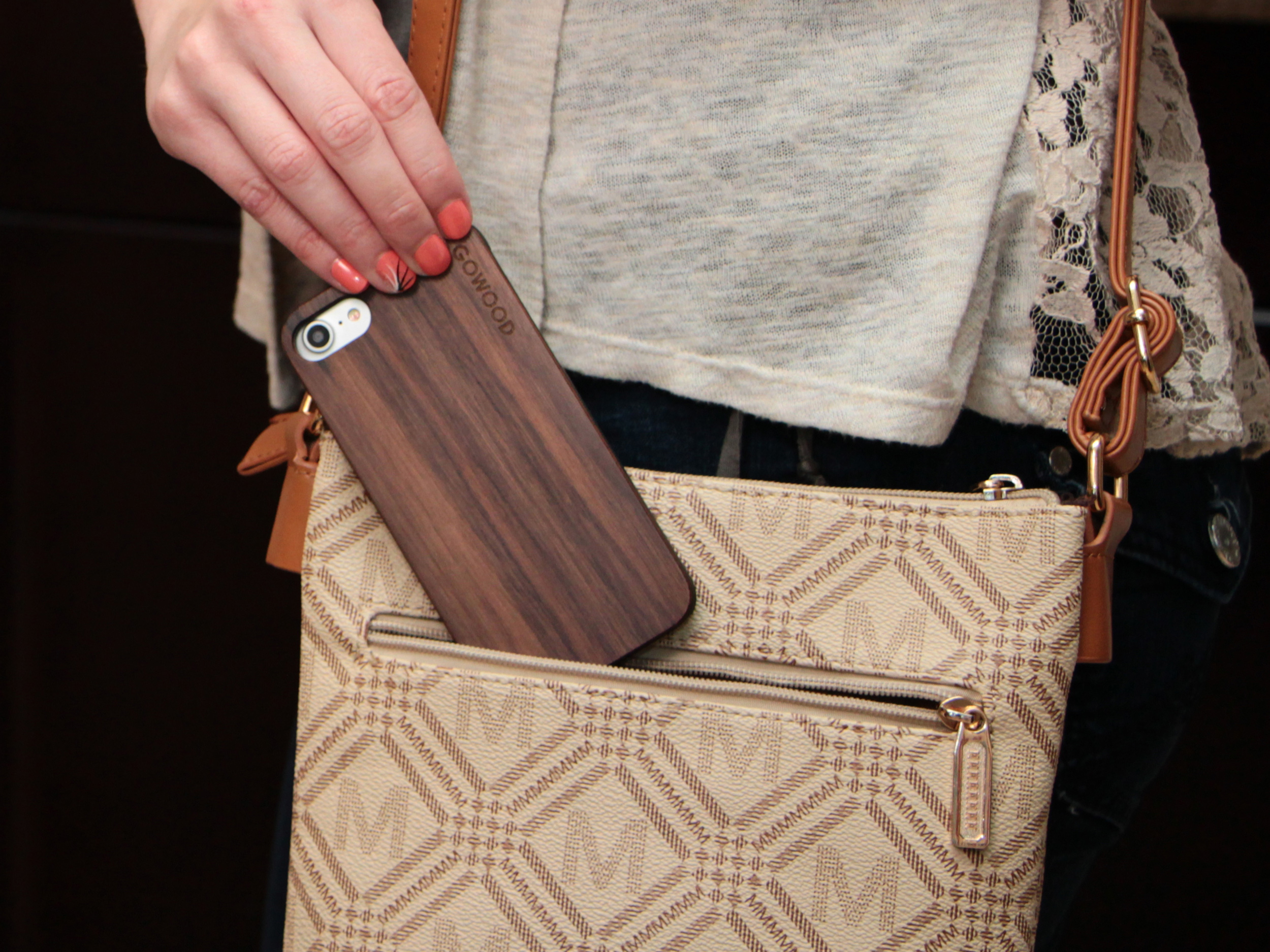 iPhone 7 hoesje walnoot hout gebruiker 2