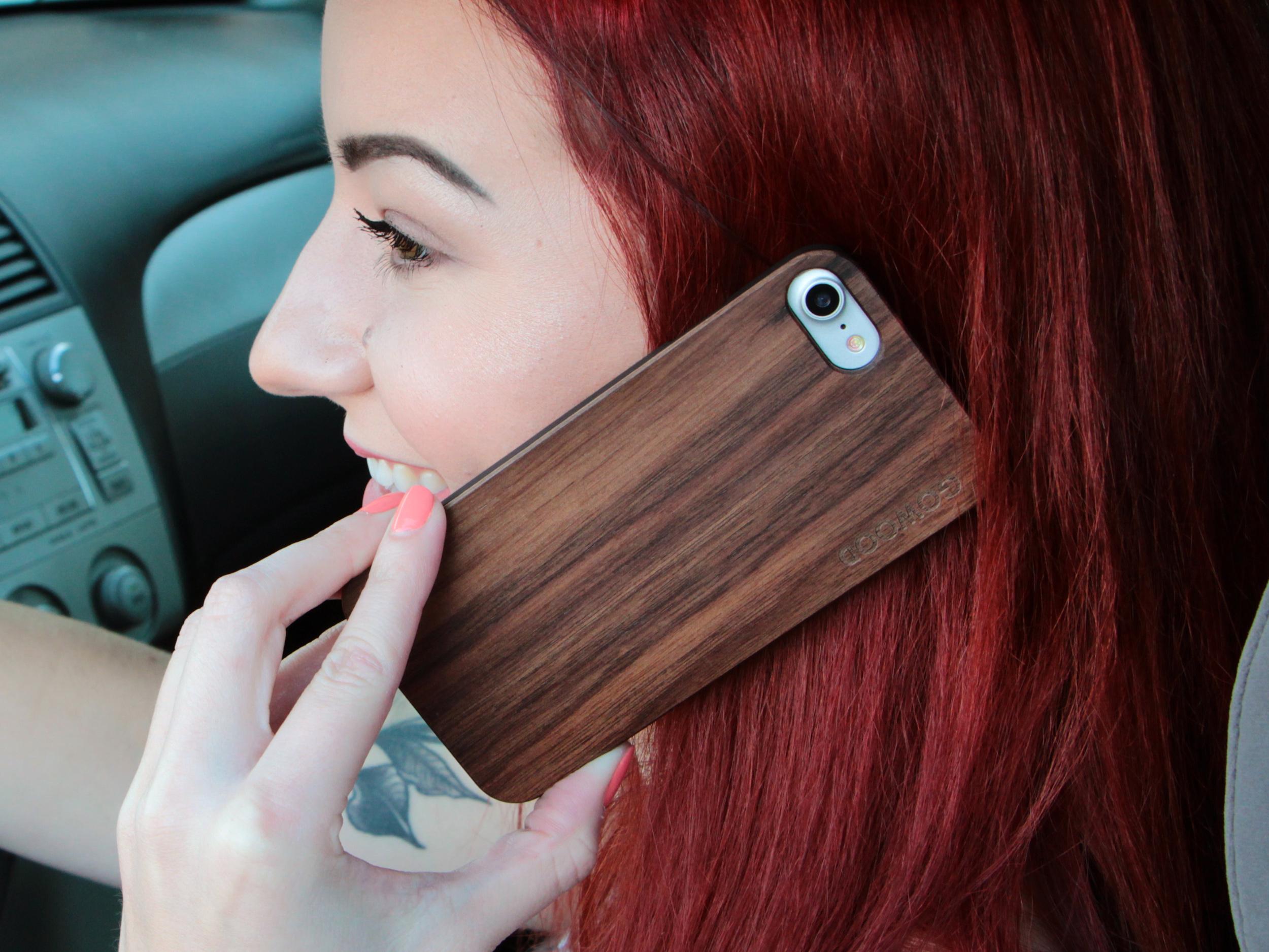 étui iPhone 7 et 8 en bois - noyer usage