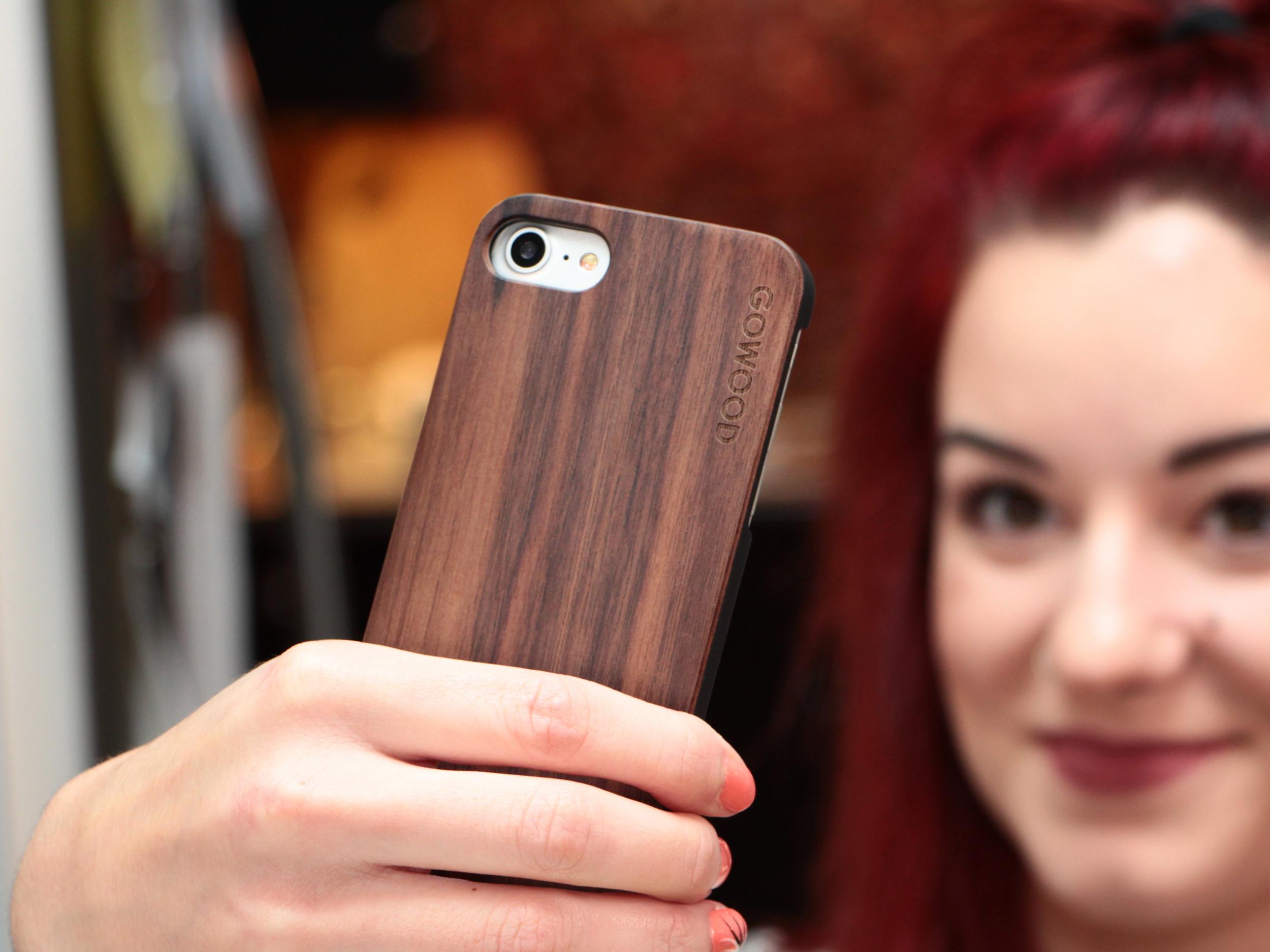 iPhone 7 hoesje walnoot hout gebruiker 4