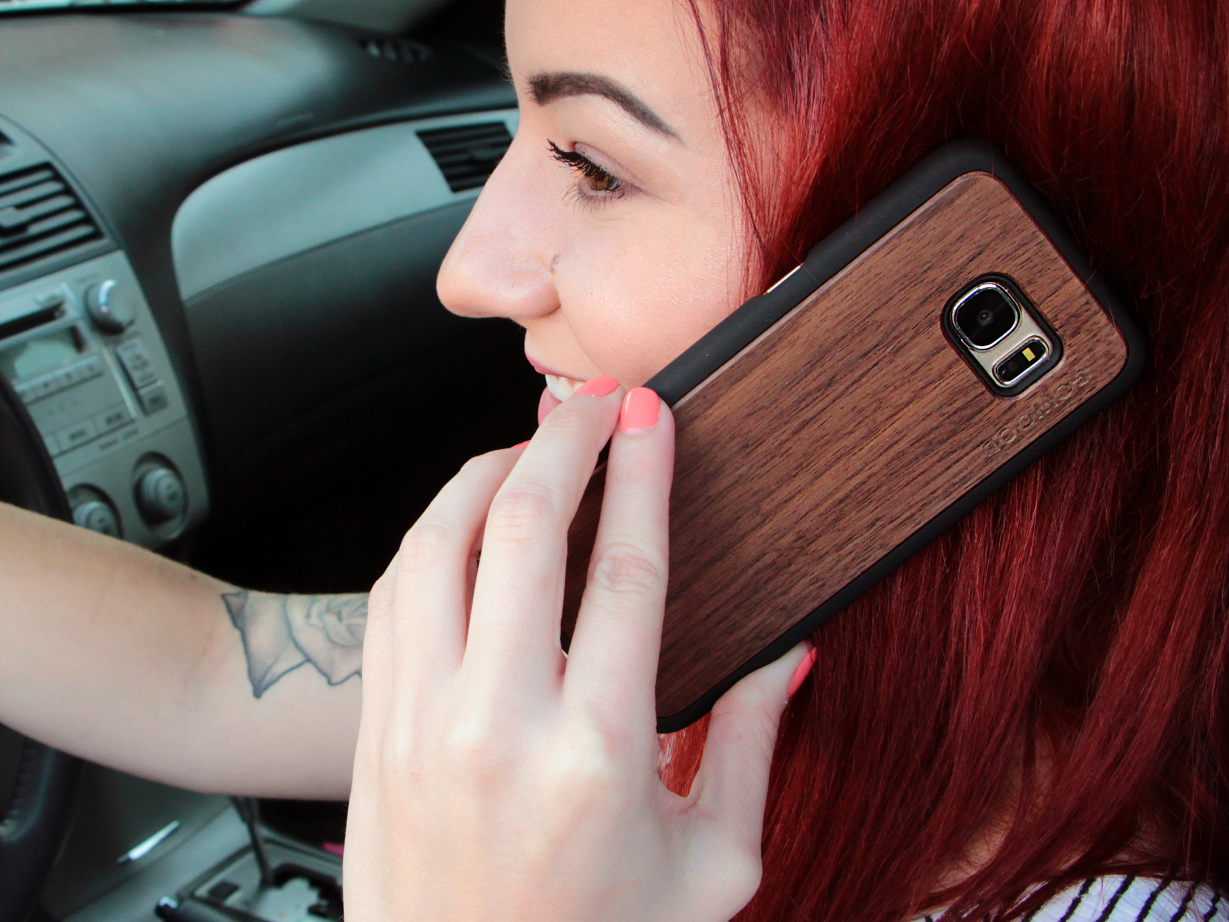 Samsung Galaxy S7 Edge wood case walnut user 2