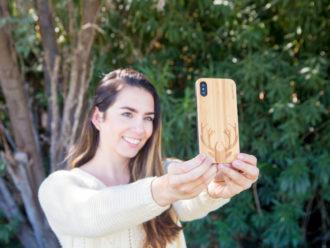 étui iPhone X en bois bambou chevreuil dehors