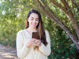 étui iPhone X en bois noyer dehors